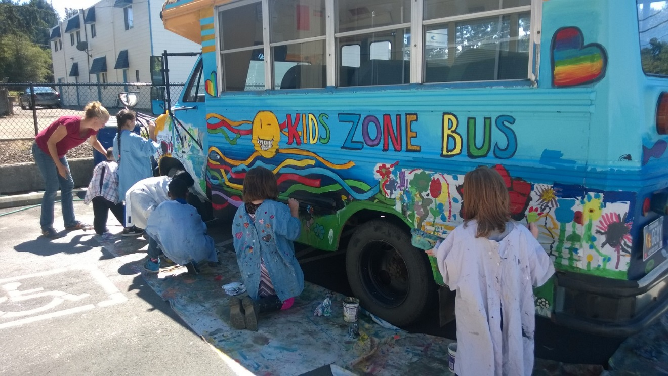 kids-painting-the-kz-bus